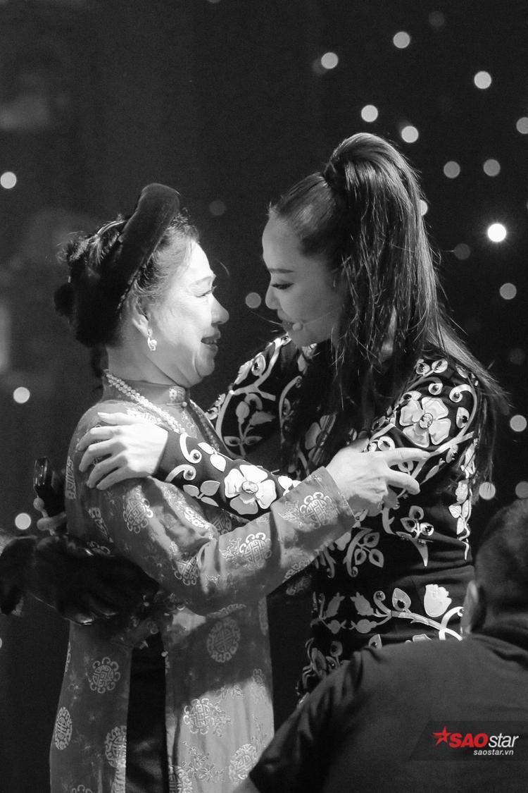Thu Minh cảm ơn NSND Thanh Hoài đã hỗ trợ cho phần trình diễn của Ali Hoàng Dương.