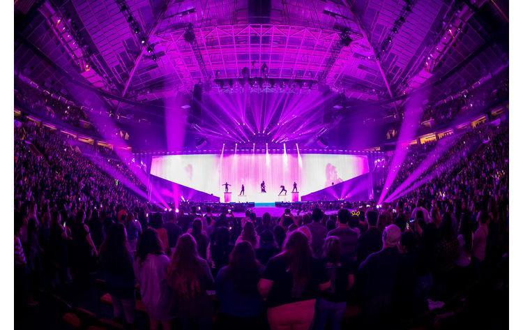 Sân khấu hoành tráng trong một concert thuộc Dangerous Woman World Tour.