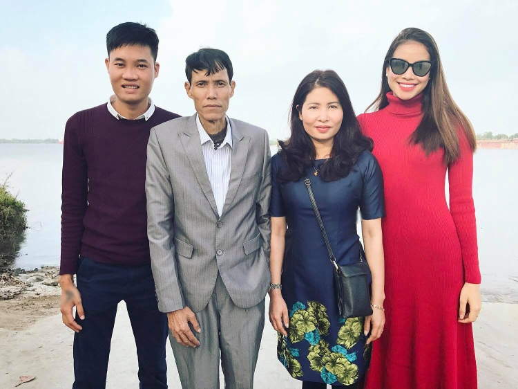 Hình ảnh Phạm Hương hạnh phúc bên bố mẹ và em trai.