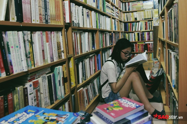 Ẩn chứa phía trong những căn nhà nhỏ trên gác 2 là cả một kho tàng với hàng nghìn cuốn sách.