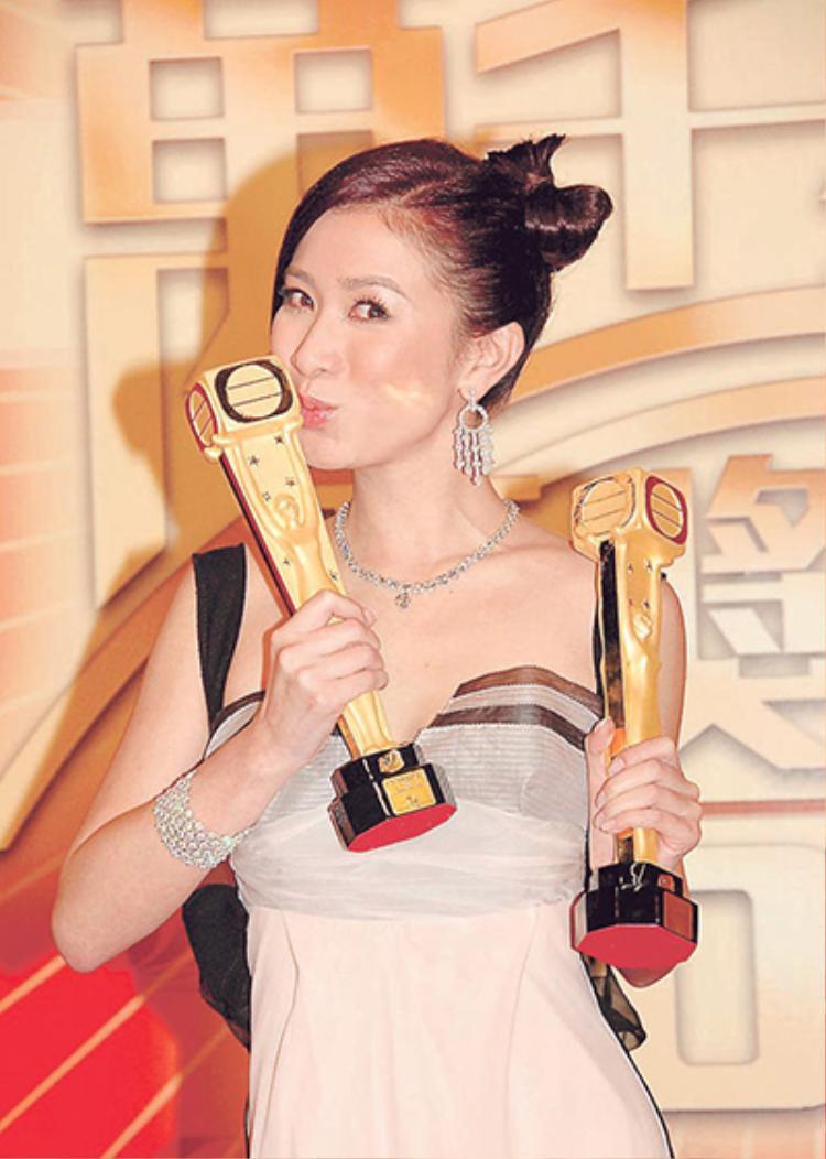 """Xa Thi Mạn đoạt giải """"Ảnh hậu"""" của đài TVB với vai diễn trong phim Phụng hoàng lâu."""