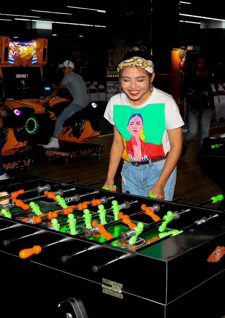 Hiền Mai trải nghiệm các trò chơi tại sự kiện ra mắt khu trò chơi của Nhật Bản.