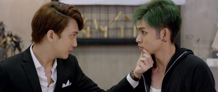B Trần và Jun Phạm trong một cảnh phim của 12 chòm sao: Vẽ đường cho yêu chạy