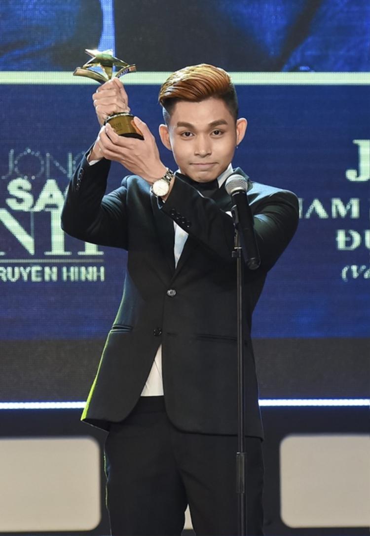 """Jun Phạm nhận giải """"Nam diễn viên truyền hình được yêu thích nhất"""" tại lễ trao giải Ngôi sao xanh"""
