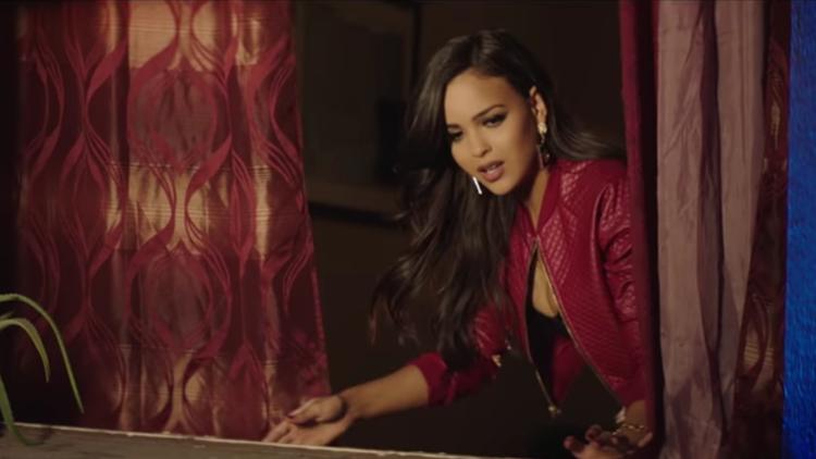 """MV ca khúc mang tên El Amante (ý nghĩa là """"The Lover"""") bắt đầu khi Nicky Jam nhìn thấy cảnh cô gái anh yêu cãi vã với người đàn ông của cô ta."""