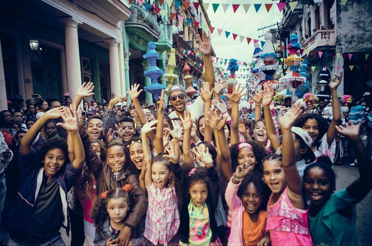 Enrique mang đến buổi tiệc sôi động ở xứ Cuba cùng những người bạn thân và hit-makerDescemer Bueno, Zion Y Lennox.