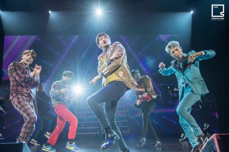 Mới đây, SHINee đã tổ chức concert SHINee World V đi qua nhiều thành phố lớn của Mỹ như Dallas, Los Angeles.