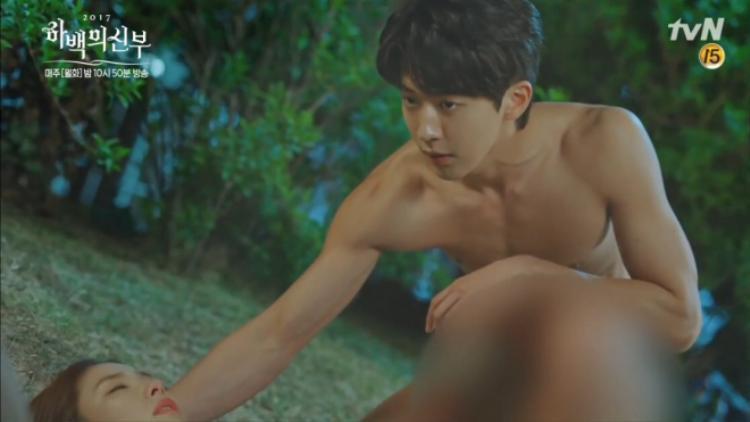 Tuy nhiên, thủy thần Ha Baek hoàn toàn không mặc gì trên người!