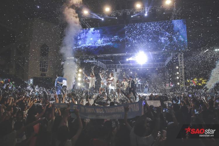 Sân khấu fan meeting hơn 5.000 khán giả vừa qua tại Hà Nội.