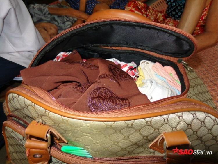 Đồ đạc của cụ bà 84 tuổi được con cháu chuẩn bị đủ đầy để cụ mang theo trước khi bỏ rơi cụ giữa đêm mưa gió.