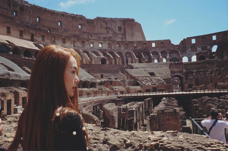 Minh Hằng xinh đẹp, giản dị đi khám phá đấu trường La Mã.