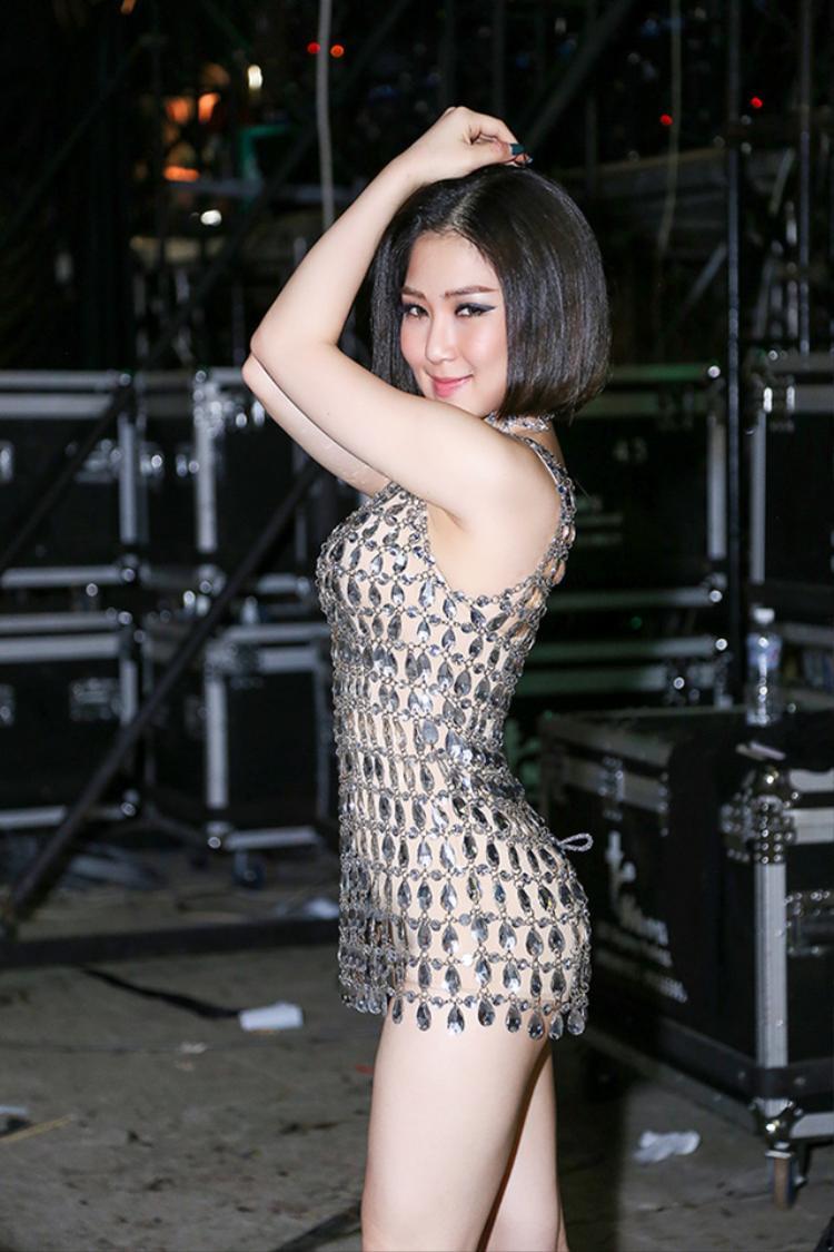 Hương Tràm với version đầm phale ngắn không đụng hàng cho trang phục biểu diễn.