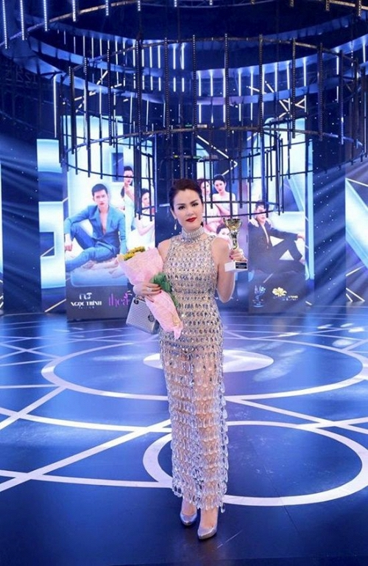 Trong một phiên bản khác cùng chiếc đầm phale từng được Tóc Tiên mặc trước đó đã giúp người đẹp Phương Lê trở thành Nữ hoàng của đêm trong sự kiện Đêm hội chân dài 10.