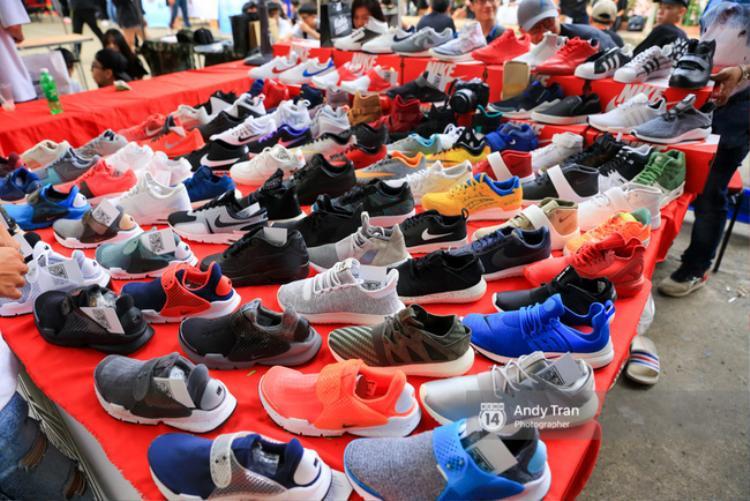Các bạn trẻ tha hồ lựa chọn và mua sắm những đôi giày ưng ý