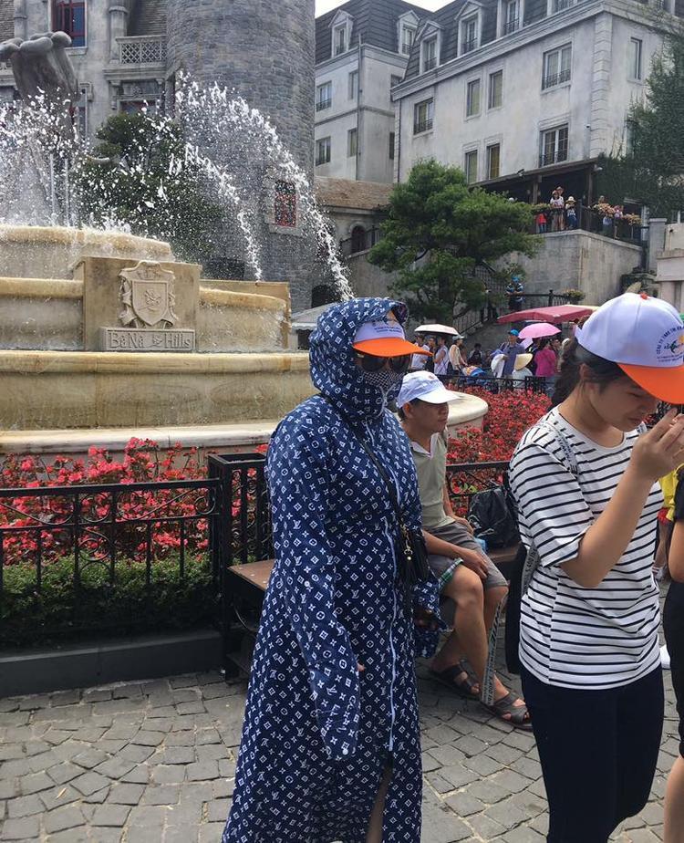 Dù được săn lùng ráo riết trên thế giới nhưng nhằm nhò gì, ở Việt Nam,Louis Vuitton x Supreme cũng chỉ là dụng cụ chống nắng theo phong cách ninja thôi.