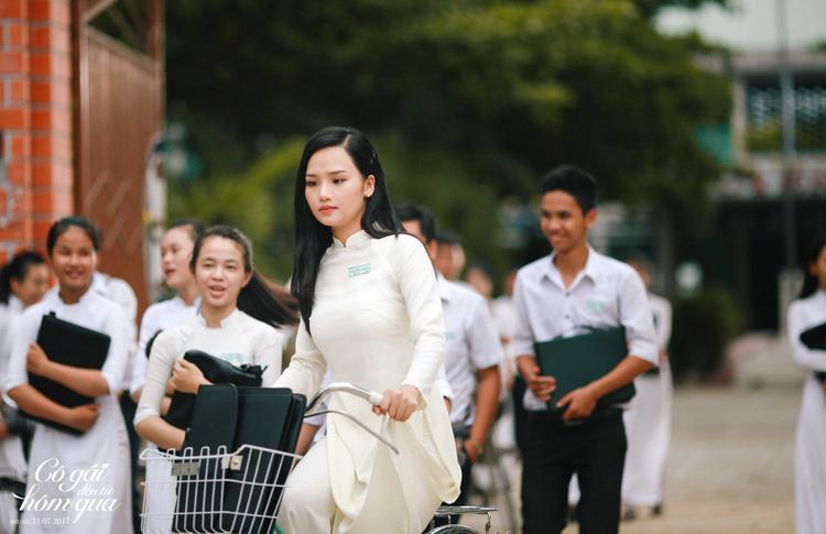Tuổi thanh xuân trong trẻo với những tà áo dài trắng phấp phới mỗi dịp tan trường