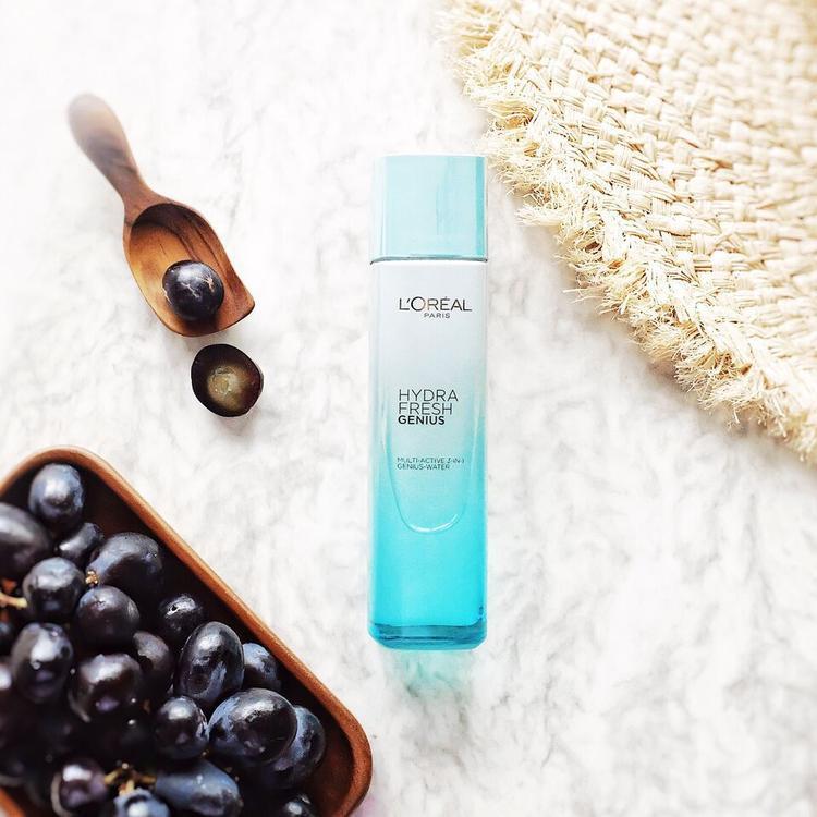 Một chai nước hoa hồng nhỏ xinh sẽ là bí kíp giúp cho làn da mềm mịn và chống lại dấu hiệu của tuổi tác.