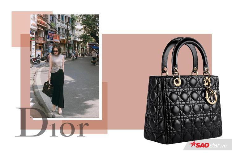 Hương Tràm rất chịu chi cho những chiếc túi xách hàng hiệu khi cô tậu thẳng tay 2 chiếc túi Dior cùng dòng xinh yêu như thế này cơ mà.Lady Dior Black Bag có giá 1650 USD (38 triệu đồng)