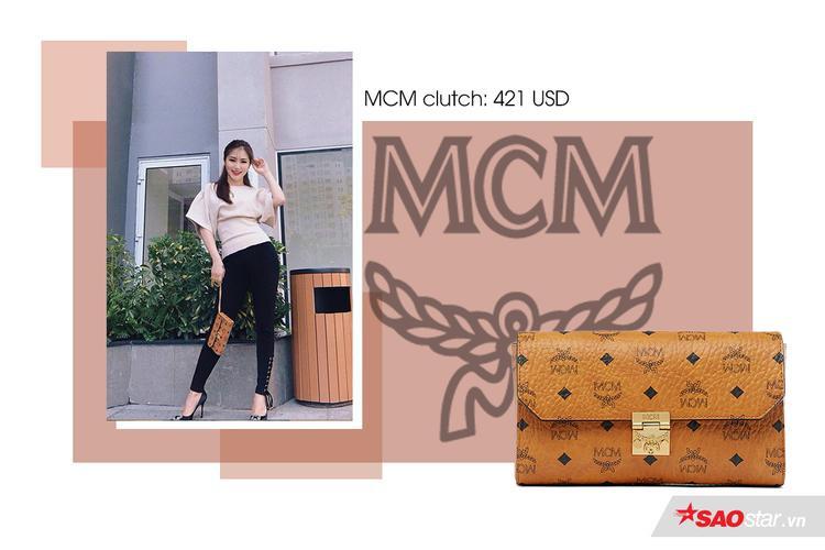 Món đồ nhỏ xinh này tiện lợi nhưng đủ sức thu hút mọi ánh nhìn khi bạn mang xuống phố.MCM clutch có giá 421 USD (9,6 triệu đồng).