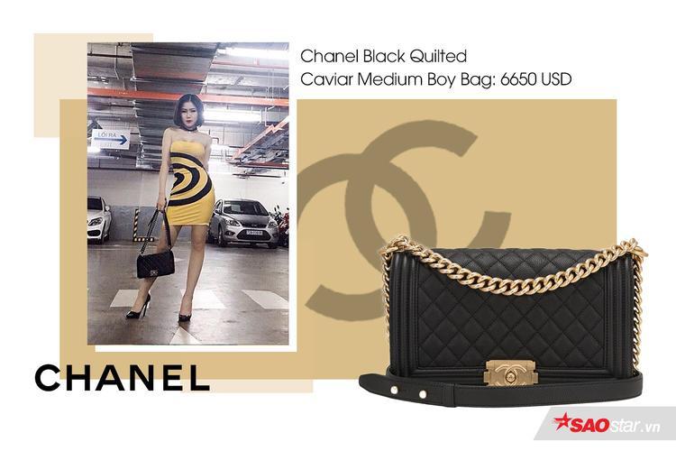 Chanel Boy dòng túi thịnh hành rất được các tín đồ thời trang trên thế giới ưa chuộng và Hương Tràm cũng không ngoại lệ.Chanel Black Quilted Caviar Medium Boy Bag có giá 6650 USD (152 triệu đồng)