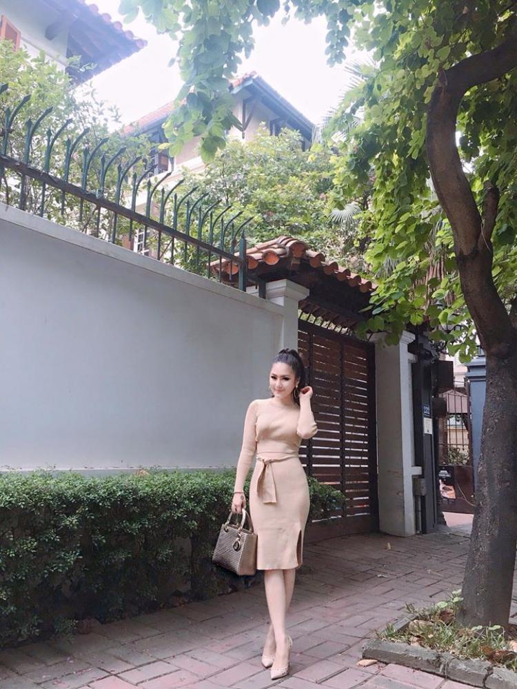 Chiếc túi thứ 2 cùng dòng Dior của Hương Tràm được cô nâng niu hết mực.