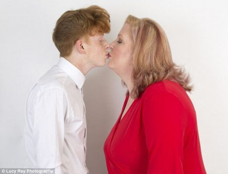 Có thể thấy, tình yêu vô tận mà bà dành cho Jordan lớn lao đến nhường nào. Cũng chính vì lý do đó, bà chưa từng ngần ngại trao cho con những cái hôn môi vô cùng thân thiết… và chưa có ý định dừng lại.