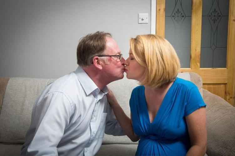 Jocelyn, 34 tuổi vẫn chọn cách hôn môi để thể hiện tình cảm với bố mình, ông Ian 61 tuổi. Với cô, đây là cách cô chứng minh bố quan trọng nhường nào với mình.