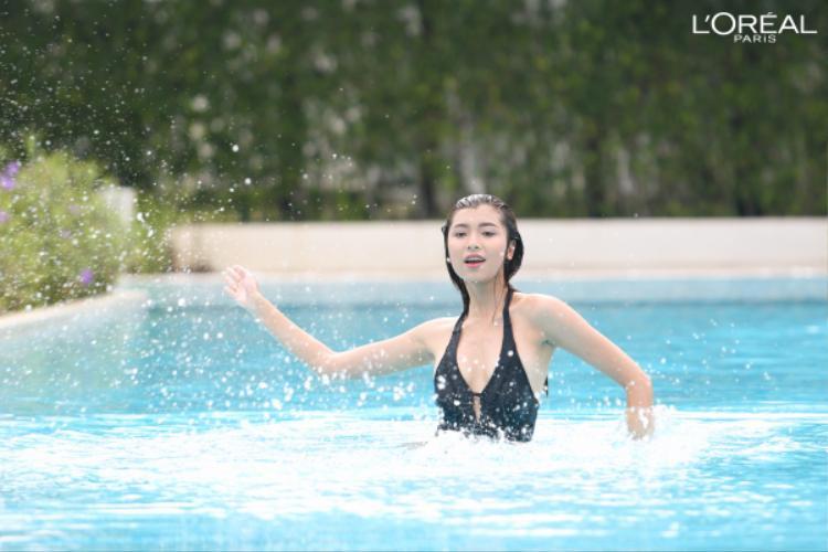 Đồng Ánh Quỳnh luôn là cô gái phải khiến người khác dè chừng bởi sự thông mình và nhan sắc sắc sảo của mình, một làn da với lớp phấn nước mỏng nhẹ vừa đủ che phủ lại vô cùng tự nhiên. Với thử thách lần này, Ánh Quỳnh gợi cảm và đầy tự tin tạo dáng dưới nước.