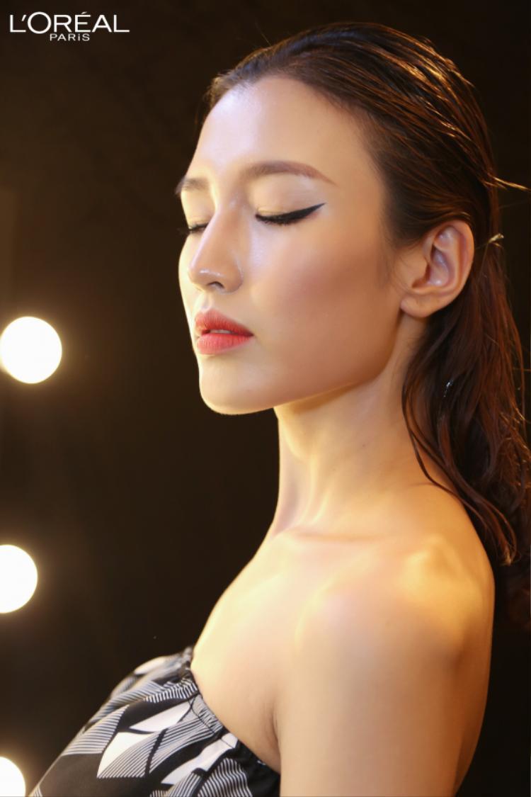 Phương Chi tận hưởng làn da căng mượt trang điểm mà như không tự nhiên bóng mượt.