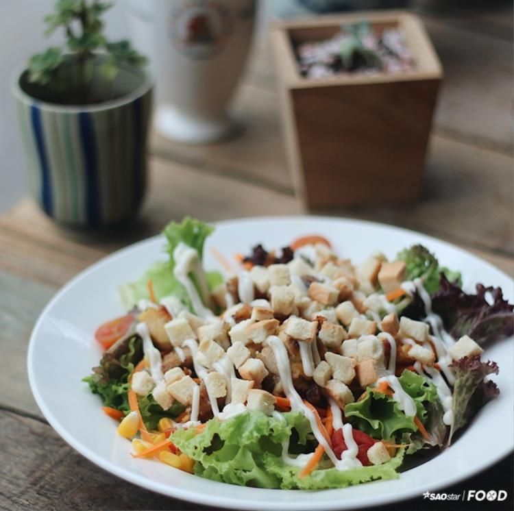 Salad cũng được decor tỉ mỉ.