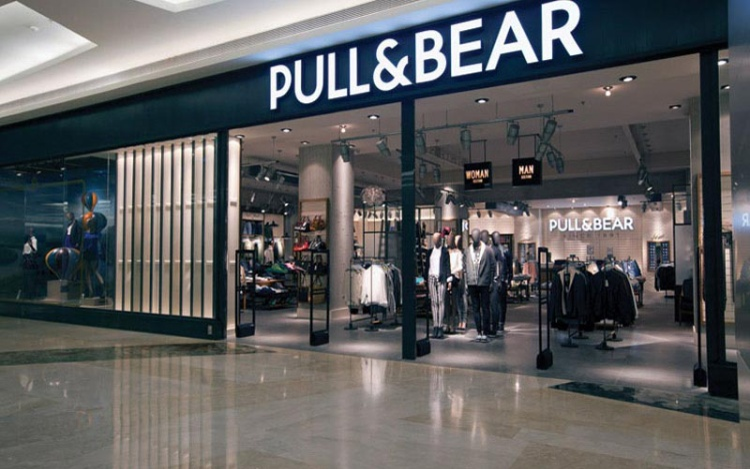 """Cách bày trí của Pull&Bear cũng có đôi nét tương đồng với """"chị gái"""" Zara."""