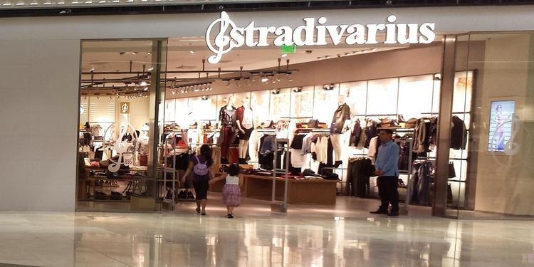Mặt tiền của thương hiệu được mở trong một trung tâm mua sắm với độ bắt mắt về dòng tên củaStradivarius.