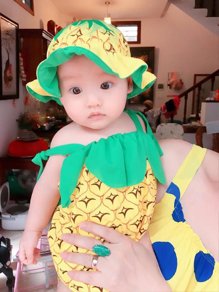 """Cô nhóc thường xuyên được mẹ Hồng Quế cho diện những bộ trang phục """"cute""""."""