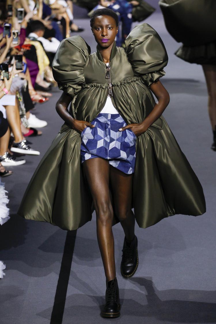 """20 bộ trang phục còn lại đã được trình diễn bởi người mẫu thật. Sự đơn giản, nam tính của chiếc áo bomber đã được """"mài dũa"""" thành chiếc đầm tay bồng nữ tính."""