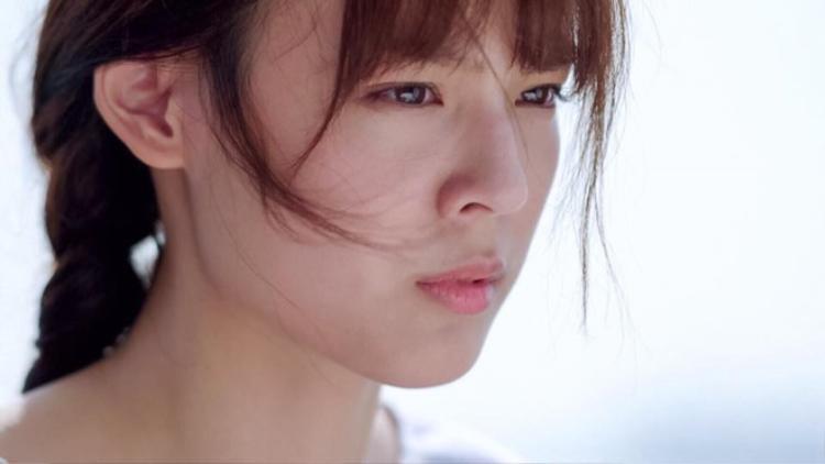 """Cô nàng 25 tuổi nhưng vẫn đáng yêu như cô lớp trưởng Kwan """"Tuổi nổi loạn"""" ngày nào…"""