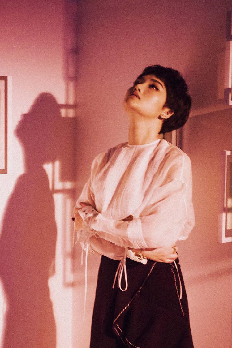 Ngoài ra, ngoại hình của Miu Lê trong MV lần này cũng gây được ấn tượng. Nữ diễn viên - ca sĩ đã cắt tóc ngắn lạ mắt nhưng vẫn gợi cảm, nữ tính.
