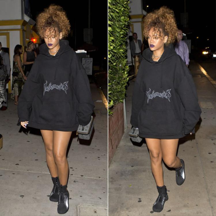 Áo hoodie luôn là người bạn đồng hành thân thuộc cùng Rihanna.