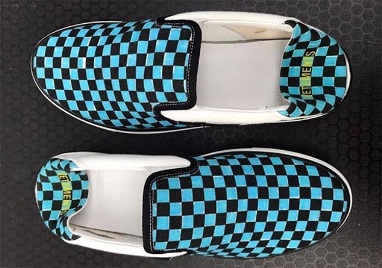 Đôi giày slip on với 2 gam màu xanh trắng bắt mắt.