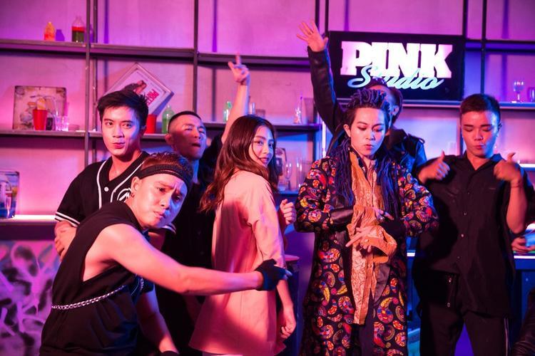 Ở Shake It Up, khán giả sẽ cảm nhận được một thế giới sôi động, một nơi không có sự gò bó, khuôn khổ hay lo lắng.