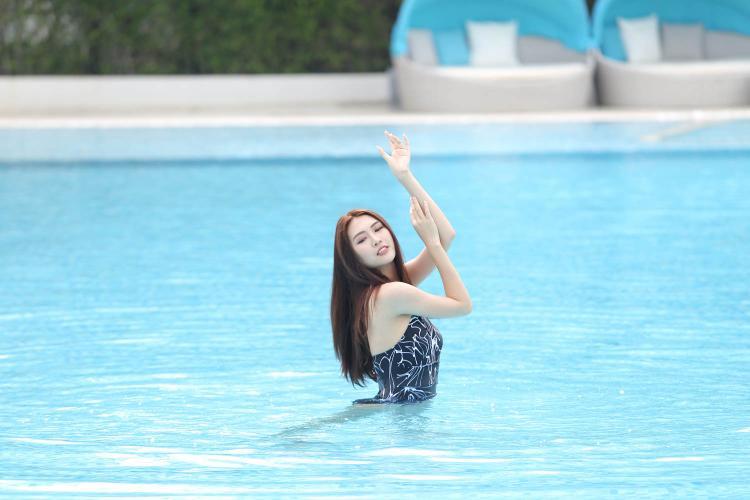 Không biết bơi cũng là bất lợi cho những cô gái trong thử thách này.