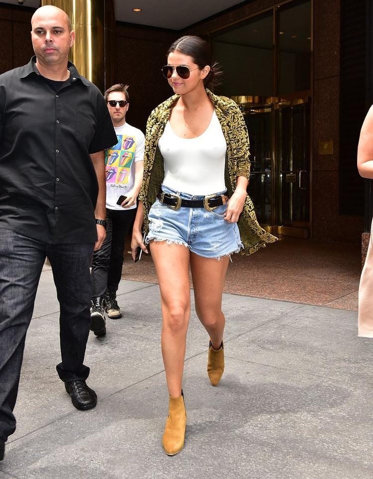 Nữ ca sĩ Selena Gomez cũng bị mẫu belt này mê hoặc.