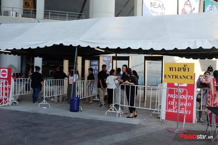 Quang cảnh ở cổng vào bên ngoài concert.