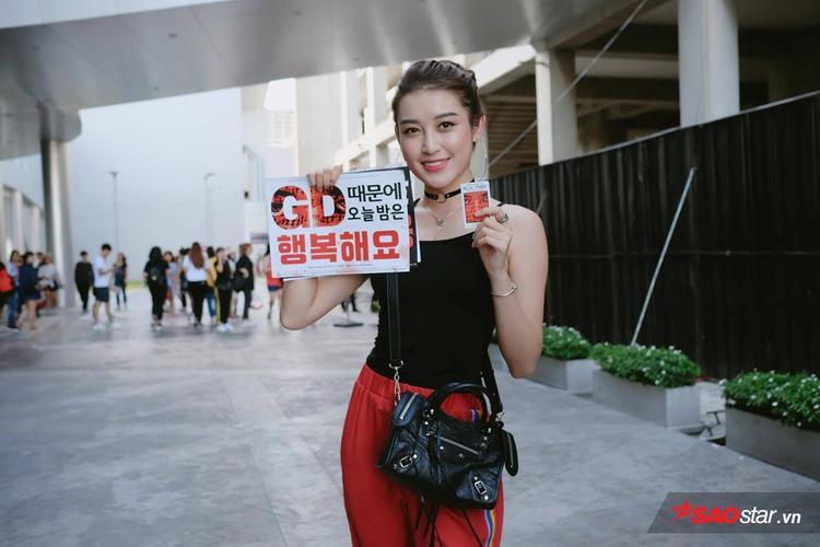Huyền My rạng rỡ với chiếc vé dự concert và banner cổ vũ GD trên tay.