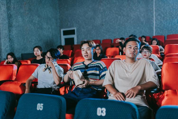 Những bối cảnh trong phim cũng xuất hiện ở MV này.