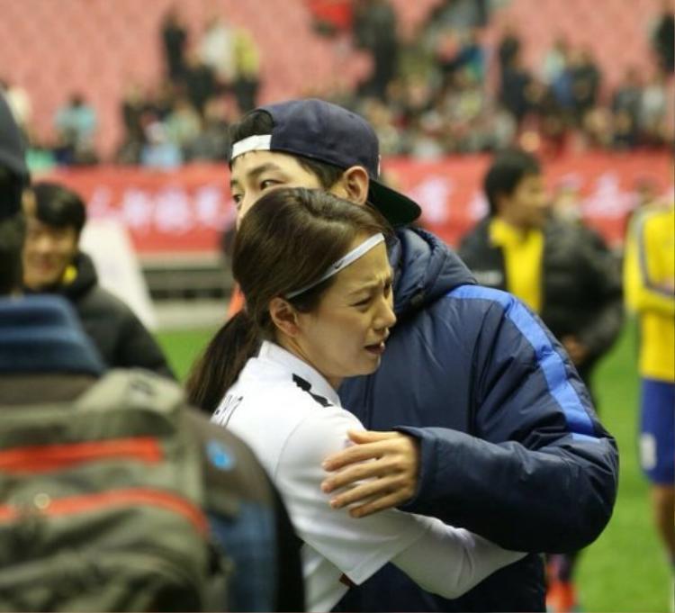 Cái ôm đầy xúc động ngày gặp lại của Song - Song phiên bản Running Man.