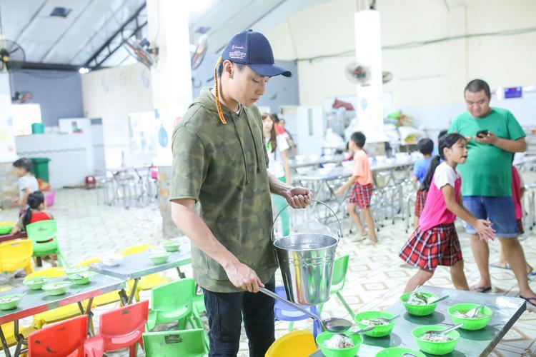Thời gian này, tuy bận rộn lịch quay từ sáng sớm đến tối khuya, Rocker Nguyễn vẫn dành chút khoảng thời gian hiếm hoi để đi làm từ thiện trong ngày sinh nhật.