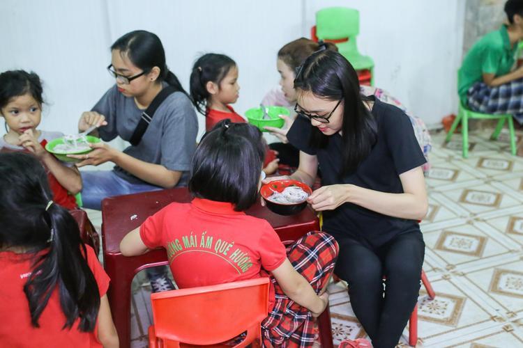 Đồng hành cùng Rocker Nguyễn trong chuyến thiện nguyện lần này chính là những bạn fan thân thiết trong FC của mình.