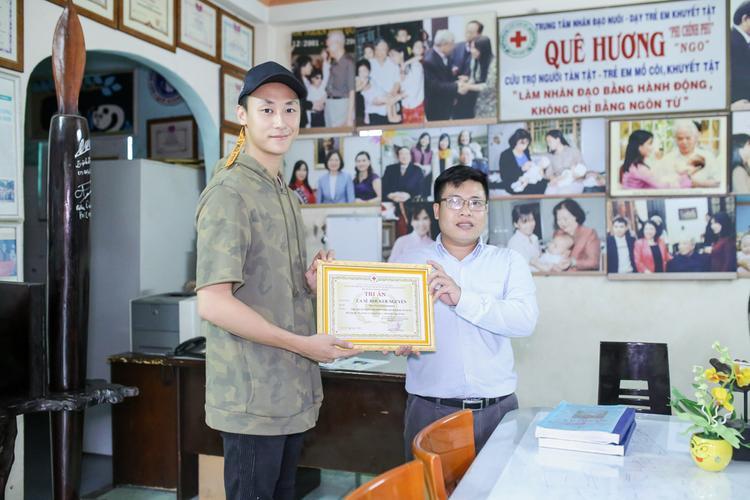 Rocker Nguyễn nhận bằng cảm ơn từ trung tâm.