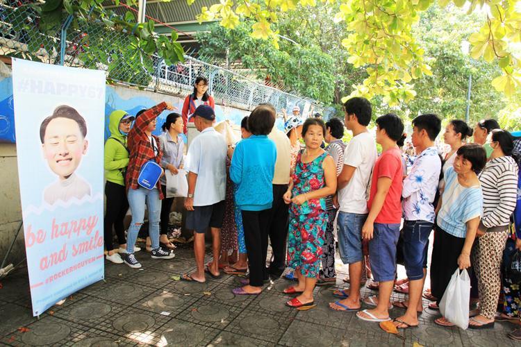 Trước đó, vào ngày 4/7, cộng động fan hâm mộ của Rocker Nguyễn để chào mừng sinh nhật thần tượng cũng đã tổ chức một buổi đi từ thiện phát 200 phần cơm cho bệnh nhi nghèo và những người có hoàn cảnh khó khăn trước cổng bệnh viện Nhi Đồng 1, quận 10, TP.HCM