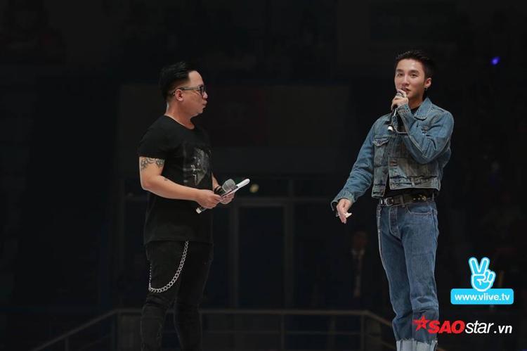 MC Tùng Leo xuất hiện trên sân khấu và trò chuyện cùng Sơn Tùng.